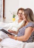 Betreuer, der Zeit mit einer älteren Frau verbringt Stockfotografie