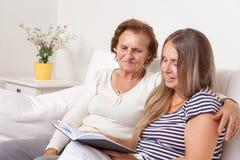 Betreuer, der Zeit mit einer älteren Frau verbringt Stockbilder