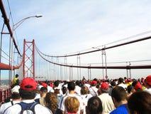 Betrieb des Brückenmarathons Stockfotografie