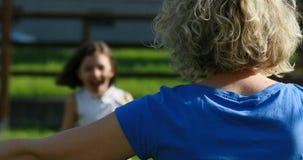 Betrieb des kleinen Mädchens, zum ihrer Mutter zu umarmen stock video footage