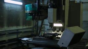 Betrieb einer Fräsmaschine mit CNC und einem Fluss der Schneidflüssigkeit stock video