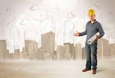 Betriebsberater, der an der Baustelle mit Stadt backgro planiert lizenzfreie stockbilder