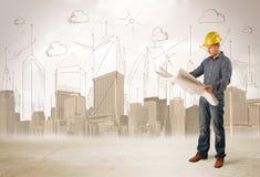 Betriebsberater, der an der Baustelle mit Stadt backgro planiert lizenzfreie stockfotografie