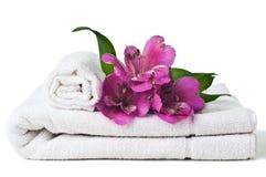 Betriebsmittel für Badekurort, weißes Tuch und Blume Stockfotografie