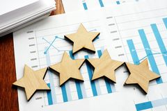 Betriebswirtschaftliche Auswertung Finanzergebnisse und fünf Sterne lizenzfreie stockfotos
