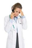 Betrokken artsenvrouw die mobiele telefoon spreken Royalty-vrije Stock Foto's