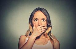 Betrokken doen schrikken geschokte vrouw die haar mond behandelen Stock Foto