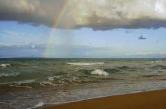 Betrokken hemel met regenboog Stock Fotografie