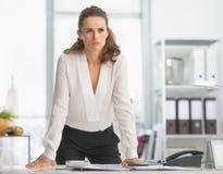 Betrokken moderne bedrijfsvrouw in bureau Royalty-vrije Stock Foto