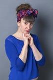 Betrokken vrouw die met retro blik eenzaamheid uitdrukken royalty-vrije stock afbeelding