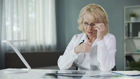 Betrokken vrouwelijke pulmonologist die Röntgenstraal van de longen van de patiënt onderzoeken, diagnostiek stock video