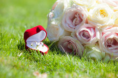 Betrothal detail. Of the rings and bouquet Royalty Free Stock Photos