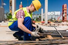 Betrouwbare arbeider die de kwaliteit van de staalbars controleren stock afbeeldingen