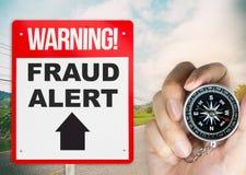 Betrug wachsamer Signage auf der Straße mit Kompass Lizenzfreie Stockfotos