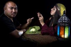 Betrugs-Opfer, das einen Ring zu einem psychischen verpfändet stockbild
