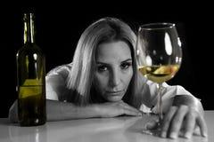 Betrunkene alkoholische blonde Frau allein in vergeudetem deprimiertem schauendem Th Stockbilder