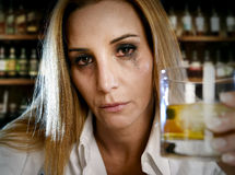 Betrunkene alkoholische laufende Wimperntuschenfrau vergeudete das Trinken auf schottischem Whisky in der Bar Stockfotografie