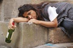 Betrunkene Frau in der Stadt Lizenzfreie Stockbilder