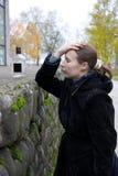 Betrunkene Frau mit einer Flasche. Lizenzfreies Stockfoto