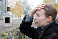 Betrunkene Frau mit einer Flasche. Stockfoto
