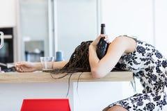 Betrunkene Frau mit Flasche Lizenzfreie Stockfotos