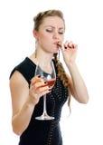 Betrunkene Frau mit Zigarette und Wein. Stockfoto