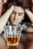 Betrunkene und deprimierte hispanische Frau Lizenzfreies Stockfoto