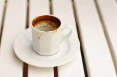 Betrunkener Kaffee in einer weißen Schale Lizenzfreies Stockbild