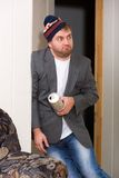 Betrunkener Kerl mit einem Bier Stockfotografie