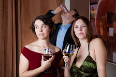 Betrunkener Kerl stört die Damen Lizenzfreie Stockfotos