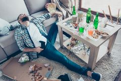 Betrunkener Kranker ermüdete erschöpftes tragendes kariertes Hemd und Denim jea Lizenzfreies Stockfoto