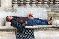 Betrunkener Mann auf der Bank Lizenzfreie Stockbilder