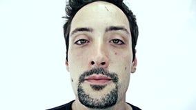 Betrunkener Mann auf weißem Hintergrund stock footage
