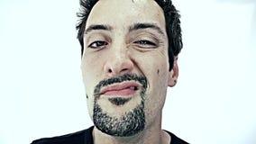 Betrunkener Mann auf weißem Hintergrund stock video footage