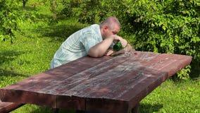 Betrunkener Mann, der auf dem Tisch schläft stock footage