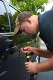 Betrunkener Mann, der versucht, sein Auto zu entsperren und anzutreiben Lizenzfreies Stockbild