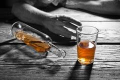 Betrunkener Mann mit einem Glas Weinbrand lizenzfreie stockfotos