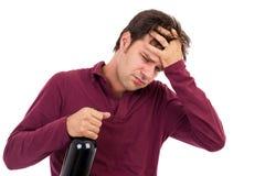 Betrunkener Mann mit Kopfschmerzen stockbild
