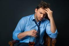 Betrunkener Mann-trinkendes alkoholisches Getränk Stockbild