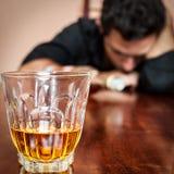 Betrunkener schlafender Mann gewöhnt zum Alkohol Stockfotografie