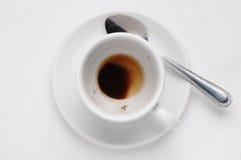 Betrunkener Tasse Kaffee mit Kaffeesatz auf Untertasse gegen weißen Hintergrund, Draufsicht mit Platz für Text Stockbild