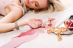 Betrunkenes Frauen- und Silbertellersegment Lizenzfreie Stockbilder