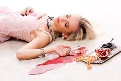 Betrunkenes Frauen- und Silbertellersegment Stockbild