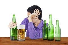 Betrunkenes Mann overdrink Bier Stockbild