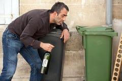Betrunkenes Mannrauchen Stockbild