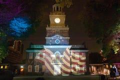Betsy Ross标志和在独立霍尔,费城,宾夕法尼亚外面的美国宪法的投影 库存照片