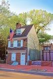 Betsy Ross-Haus und hängende amerikanische Flagge in Philadelphia Stockfotografie