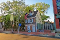 Betsy Ross hus och hängande amerikanska flaggan i Philadelphia PA Arkivbilder