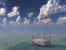 Bett in der surrealen ruhigen Landschaft Lizenzfreies Stockfoto