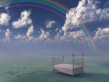 Bett in der surrealen ruhigen Landschaft Stockfoto